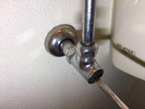 フロートバルブの交換方法:止水栓を締めます