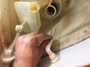 新しいフロートバルブを付ける際はオーバーフロー管に取り付けてからチェーンに引っかけます