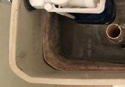 結露防止材の剥離による水漏れ
