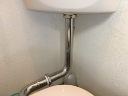 便器とタンクの接続管から床への水漏れ