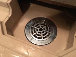 フタを外して中が鋳物製のドラムトラップの場合は、これから行なう除去作業は出来ません