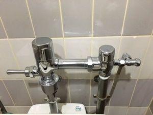便器までに長い洗浄管が取り付けられていました
