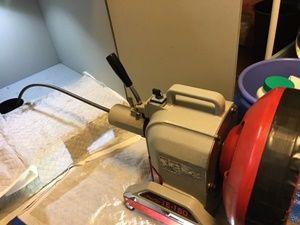 専門の高圧洗浄機や電動ワイヤー等の作業工具