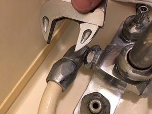 古いシャワーホースを取りはずす