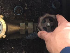 止水栓で止められない場合は、元栓で止める