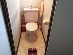 トイレ内の邪魔な物や汚したくない物はトイレの外に出しておきましょう