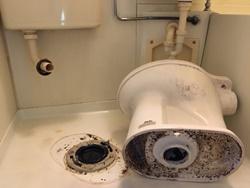 便器下水管の繫ぎ部分での詰まり
