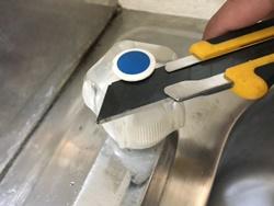 混合水栓の場合、アクリルハンドルを使用している場合は、ハンドルを外します
